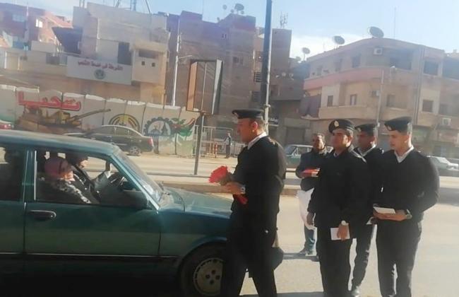 توزيع الأعلام المصرية على المارة بطنطا احتفالا بعيد الشرطة