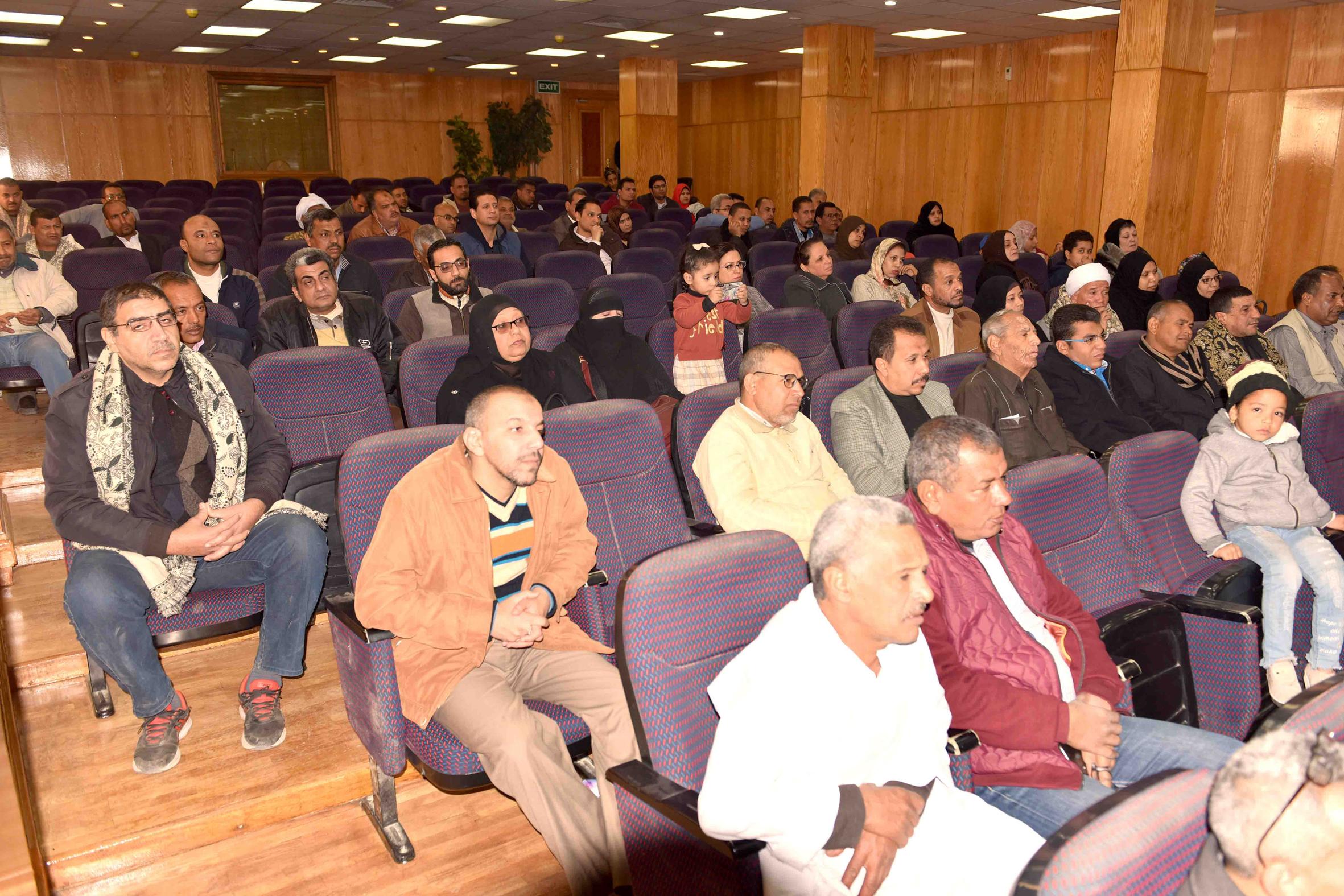 """محافظ الأقصر يعقد لقاءً مفتوح مع حاجزي الوحدات السكنية في """"القرنة"""""""