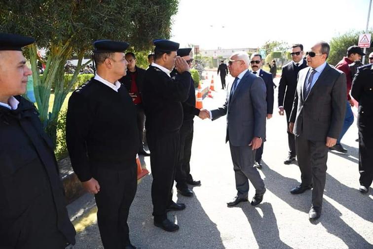 محافظ بورسعيد يصع اكليلا من الزهور علي النصب التذكاري للجندي المجهول  بمعسكر قوات الأمن احتفالا بعيد الشرطة