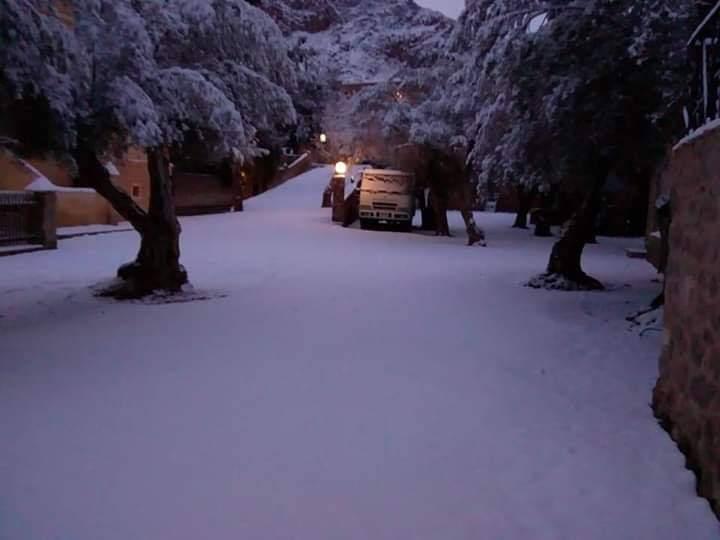 """جبال سانت كاترين تتزين بالثلوج .. و""""فؤاد"""" تدعو السائحين للتمتع بالسياحة البيئية"""