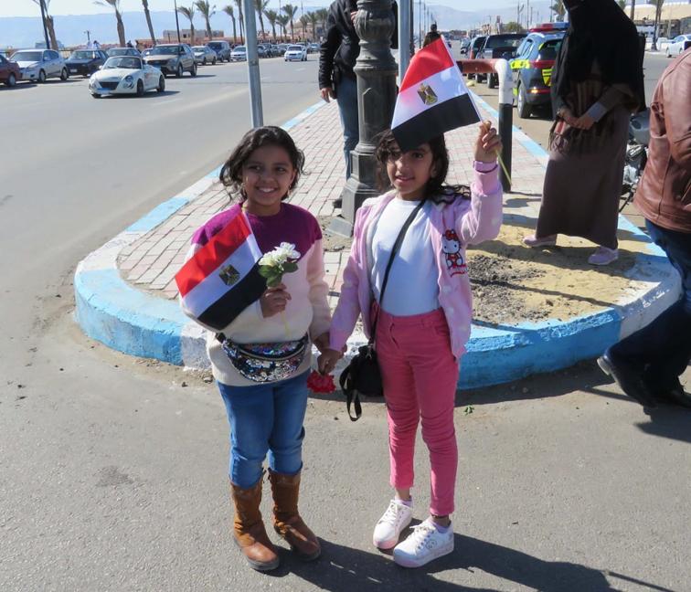 بالصور.. الشرطة في السويس تقوم بتوزيع الورود والاعلام على المواطنين احتفالا بعيد الشرطة