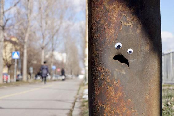 وضع عينين.. تعطي للاشياء تعبيرات مضحكة