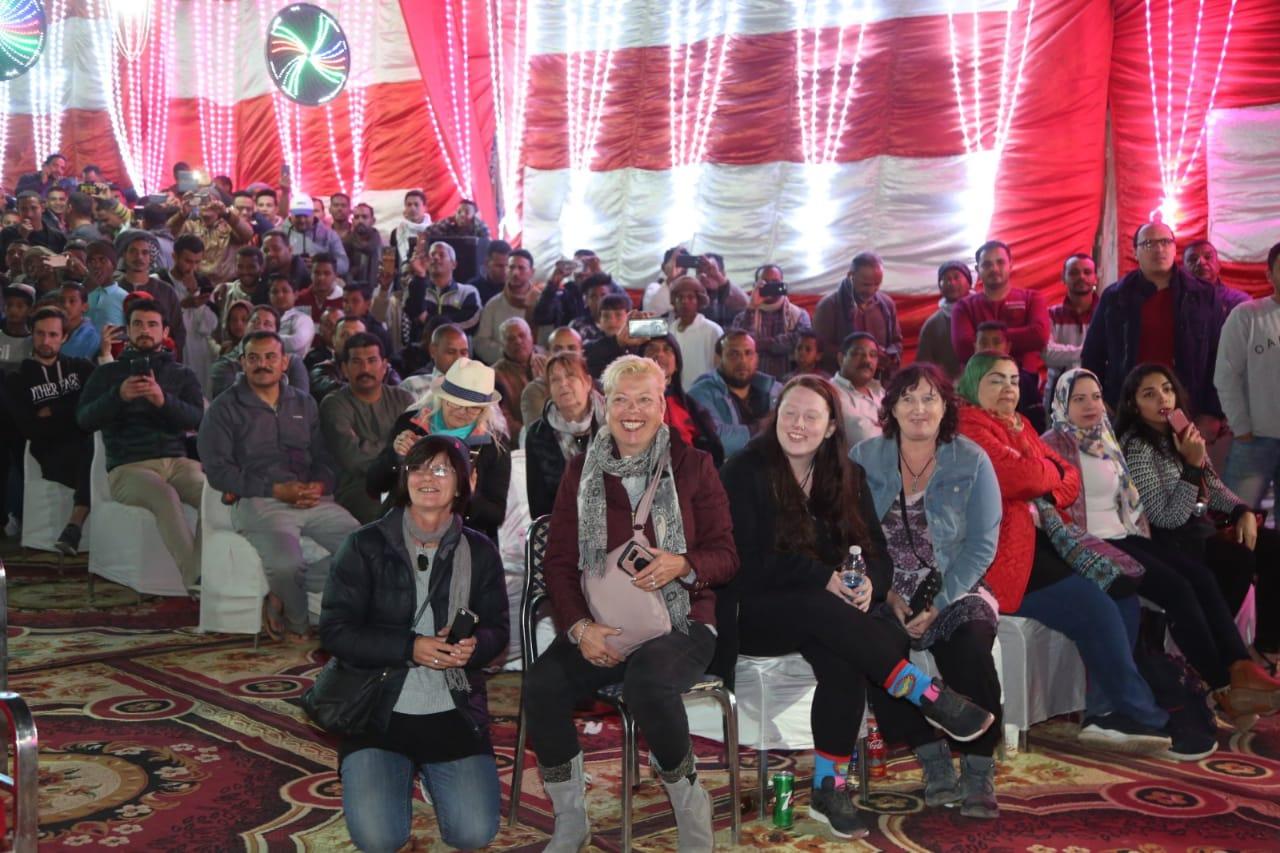 وزيرة الثقافة ومحافظ أسوان يتابعان احتفالات التعامد بالسوق الشعبي