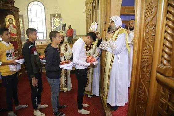 الأنبا انجيلوس يصلى قداسا بكنيسة شهداء ليبيا بقرية العور