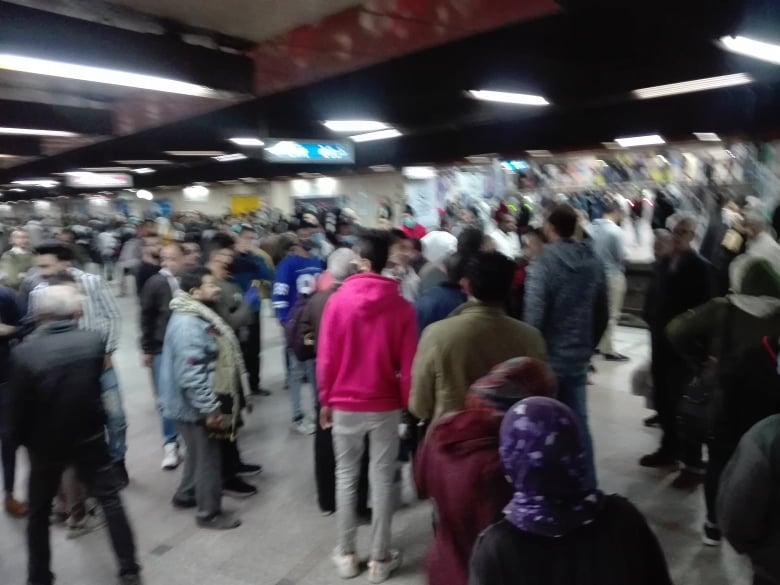 مع اقتراب موعد الحظر.. زحام شديد بمحطة مترو جمال عبد الناصر