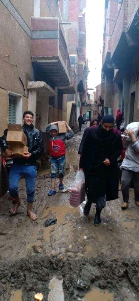 رفيق الشهيد سمعان شحاتة يوزع بطاطين وأغذائية علي المضارين من الأمطار