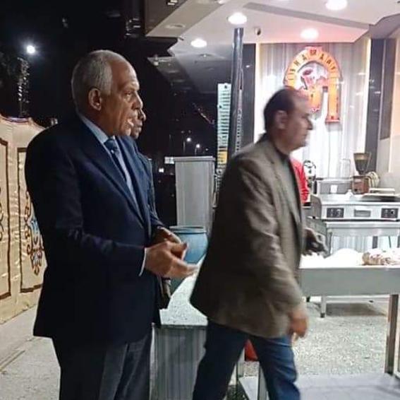 محافظ الجيزة يشمع مطعم شهير بشارع فيصل لم يلتزم بقرارالغلق