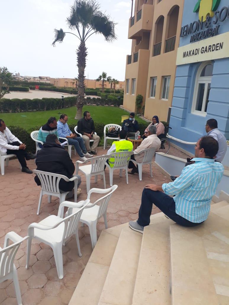بدء الدورات التدريبية التوعوية للعاملين بالفنادق والمنشآت السياحية في خليج مكادي وسهل حشيش والجونة