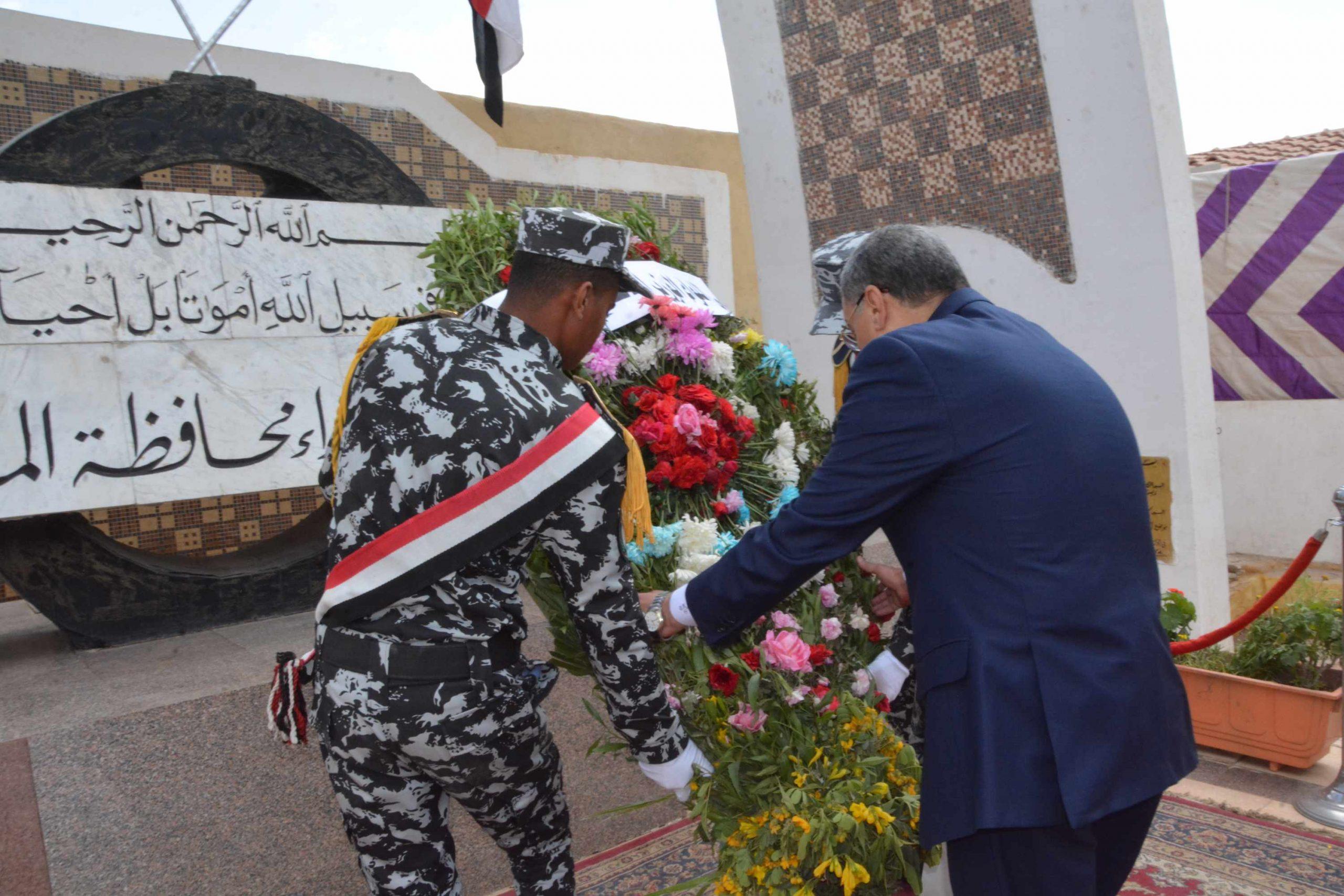 بمناسبة العيد القومي 101..محافظ المنيا يضع إكليلًا من الزهور على النصب التذكاري