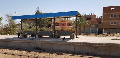 النائب طارق متولي يتابع اعمال تطوير محطات ومزلقانات الجناين بالسويس