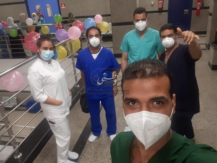 """""""الملاك المرنم"""" .. ممرضة ترنم دخل مستشفى العزل ويتجاوب معها المرضى"""